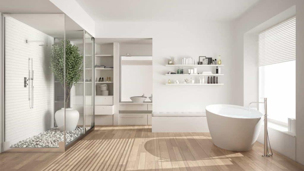 Wohnbad mit freistehender Badewanne, gläserner Duschkabine.