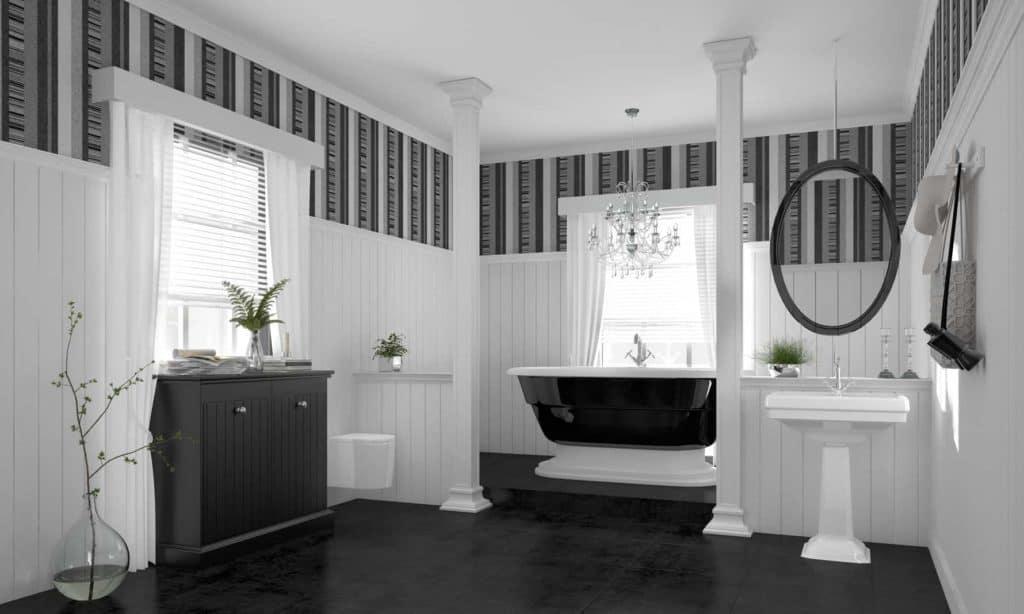 Extravagantes Wohnbad mit freistehender Badewanne, Gardinen, Kerzenständer und Vasen.