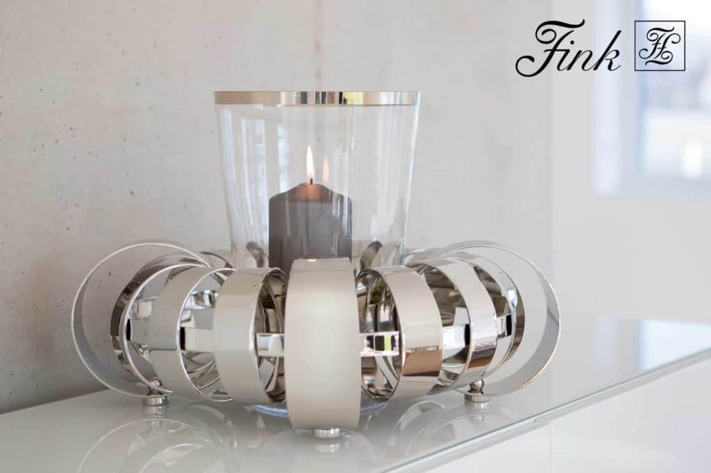 Edle Geschenke - Adventskranz aus Metall mit einer Kerze.
