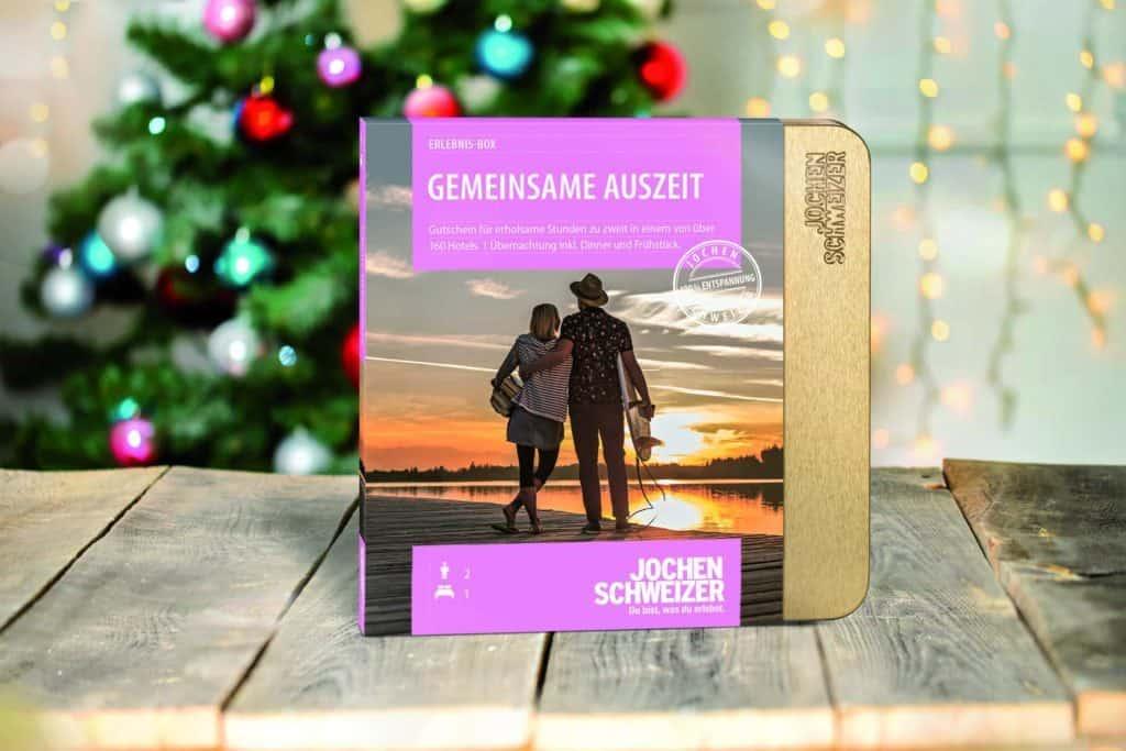 Geschenkverpackung für Erlebnisbox vor dem Weihnachtsbaum (edle Geschenke)