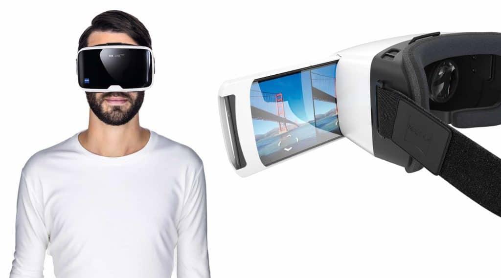 Edle Geschenke – Mann mit VR-Brille. Daneben das vergrößerte Modelle mit einsteckendem Handy.
