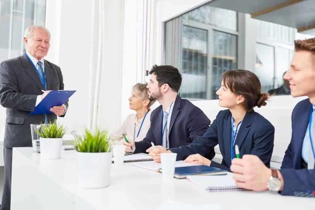 Manager testet Bewerber im Seminar. Berufe mit Zukunft