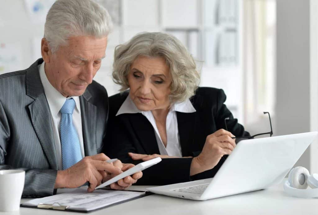 Zukunftsberufe: älteres Business-Paar arbeitet im Büro.