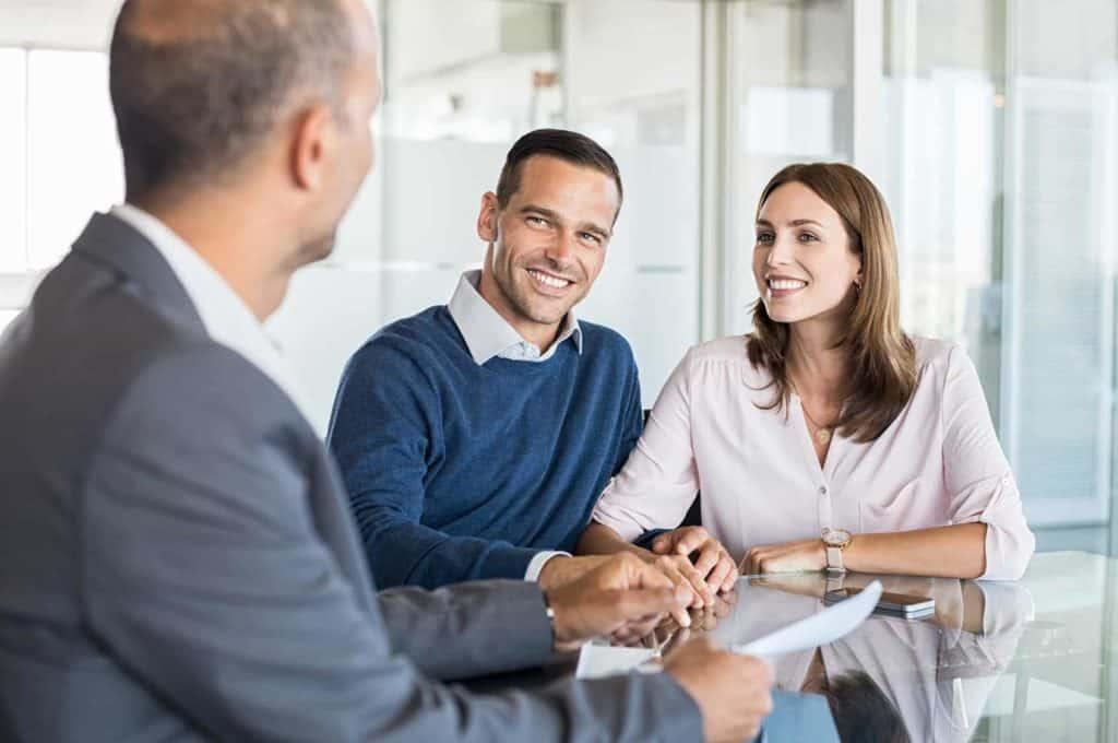 Zukunftsberufe: Kundenberater im Gespräch mit einem Paar.