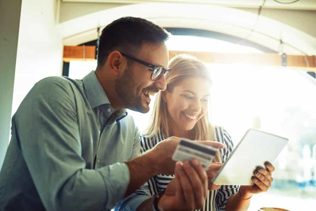 Zukunftsberufe: Junges Paar bestellt online am Tablet.