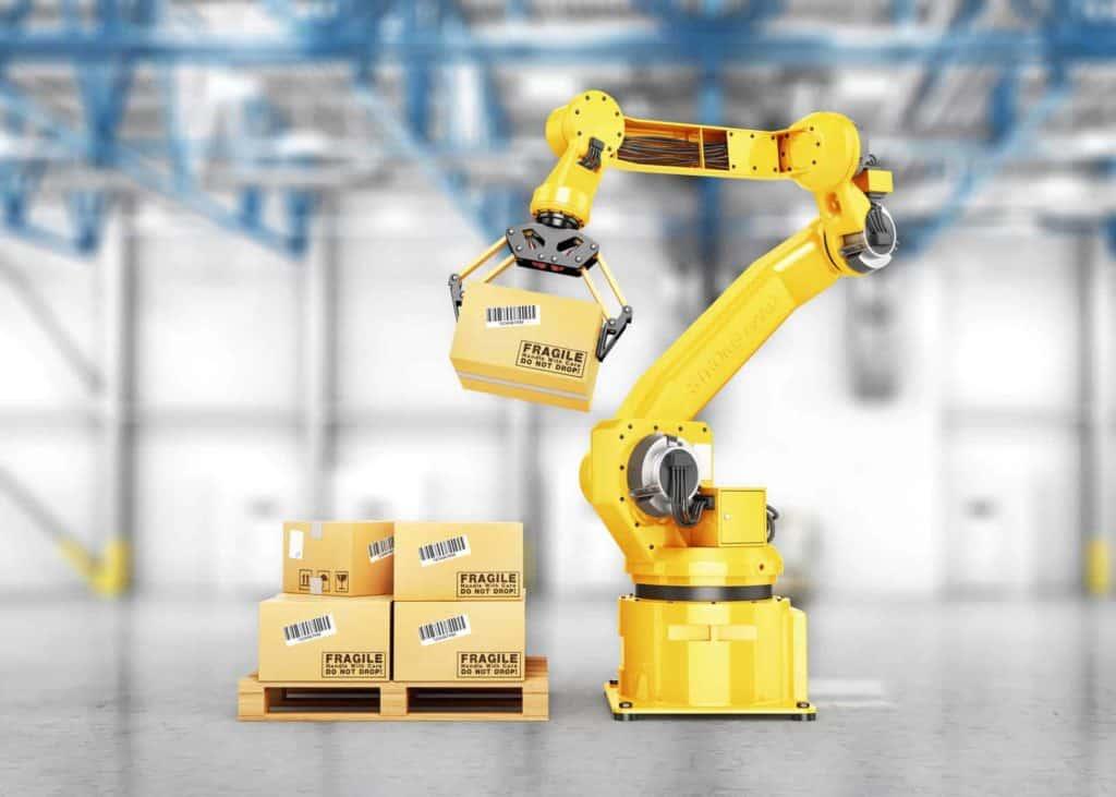 Zukunftsberufe: Ein Roboter greift einen Karton von einer Pallette.