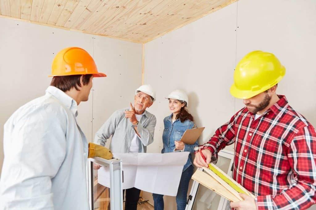 Architekt gibt Team Anweisung (Bauvertragsrecht für besseren Schutz für Baufamilien)