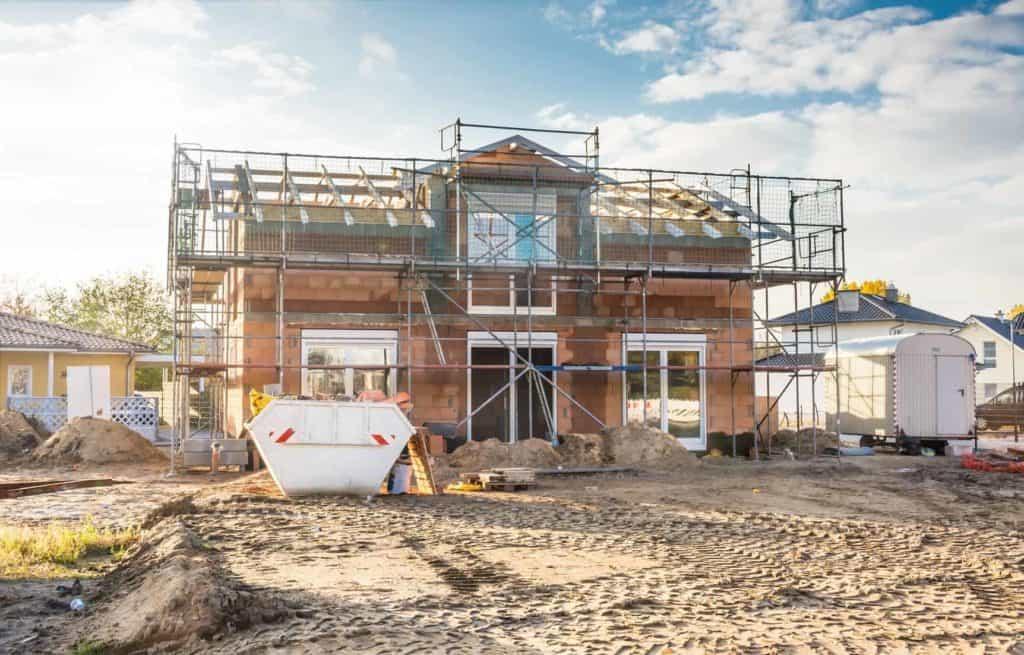 Rohbau eines Eigenheims der in Sonne (besserer Schutz für Baufamilien)
