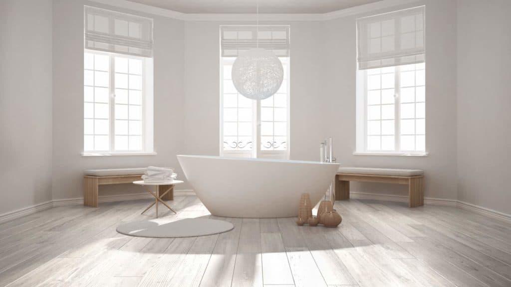 Helles Bad mit frei stehender Badewanne und zwei Holzbänken vor Fenstern. (gemütlich minimalistisch wohnen)