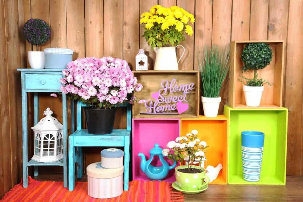 Viel Dekoration in farbenfrohen Regalen. (gemütlich minimalistisch wohnen)
