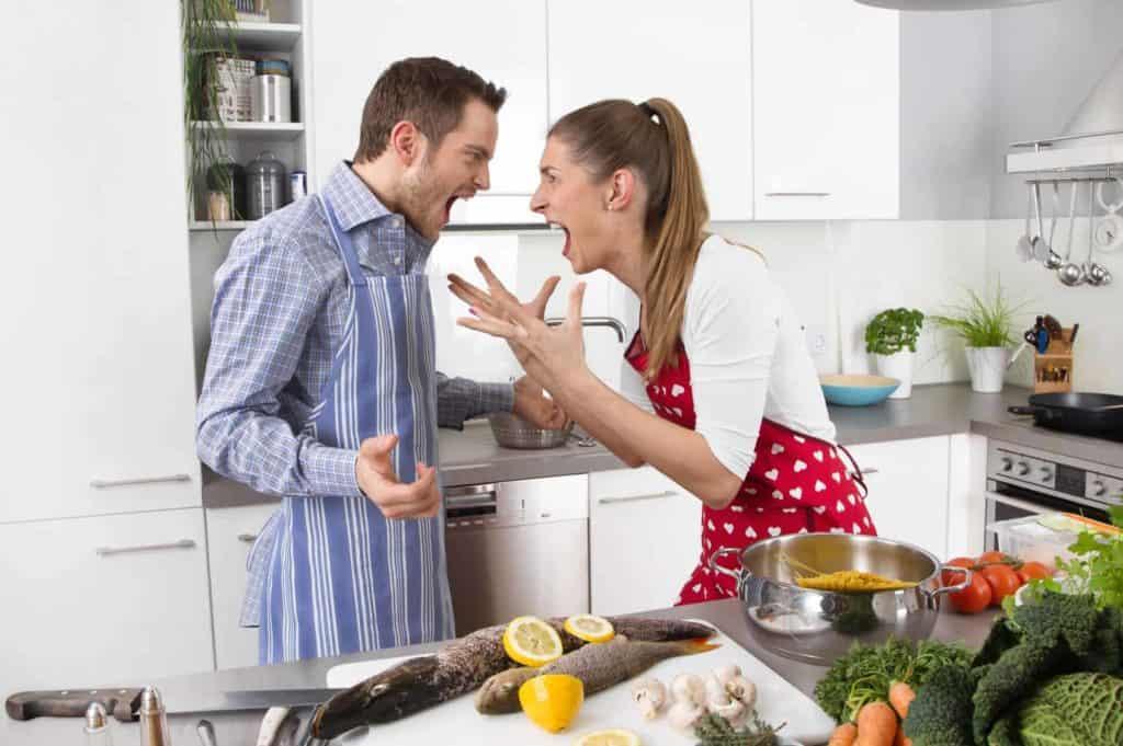 Junges Päärchen schreit sich in der Küche an. (laute Nachbarn)