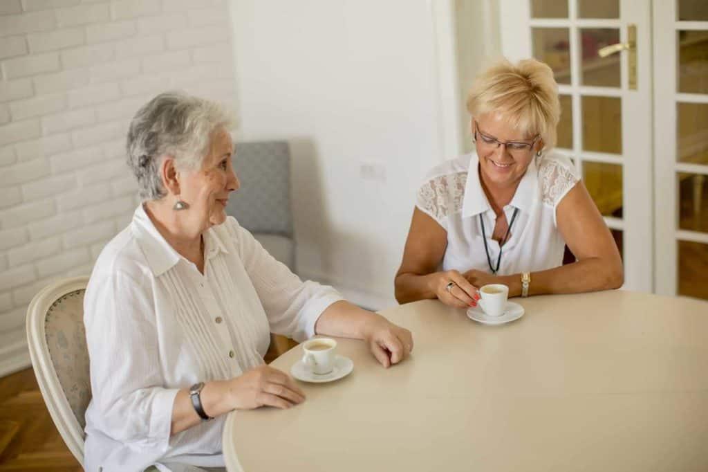Zwei äjtere Damen trinken gemeinsam Kaffee. (laute Nachbarn)