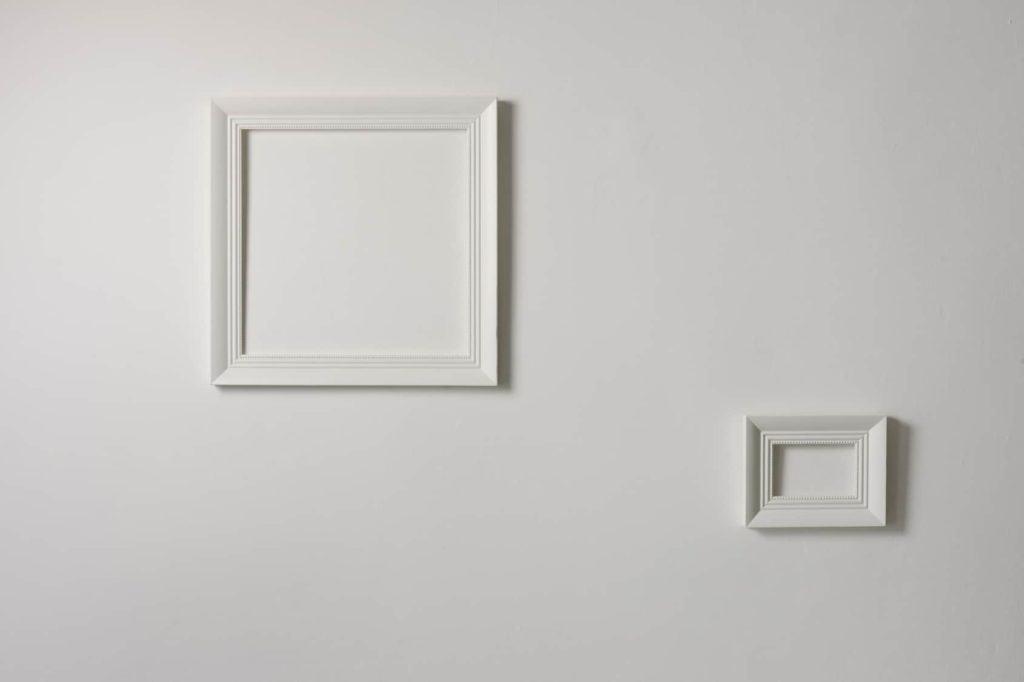 Weiße Bilderrahmen auf weißer Wand (langweilige Wände)