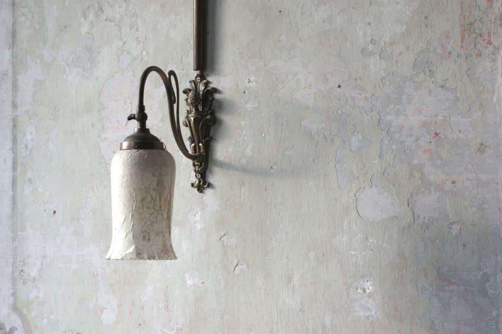 Nostalgische Lampe an Betonwand (langweilie Wände)