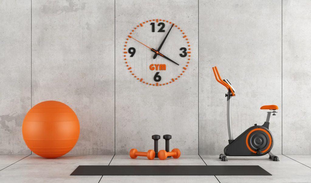 Fitnessraum mit großer Wanduhr (langweilige Wände)