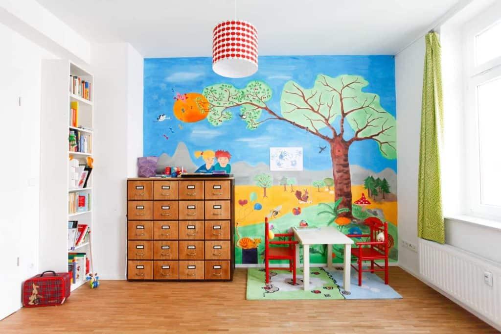 Kinderzimmer mit buntem Kinderbild an der Wand (langweilige Wände)