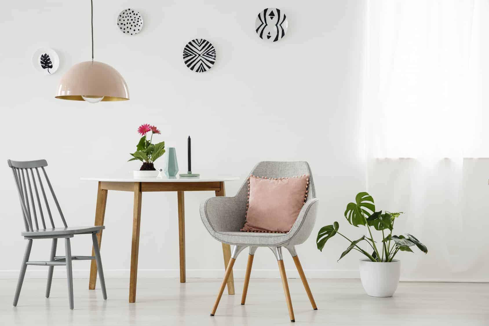 Graue Stühle, Holztisch Und Pflanze, Wandteller (langweilige Wände)