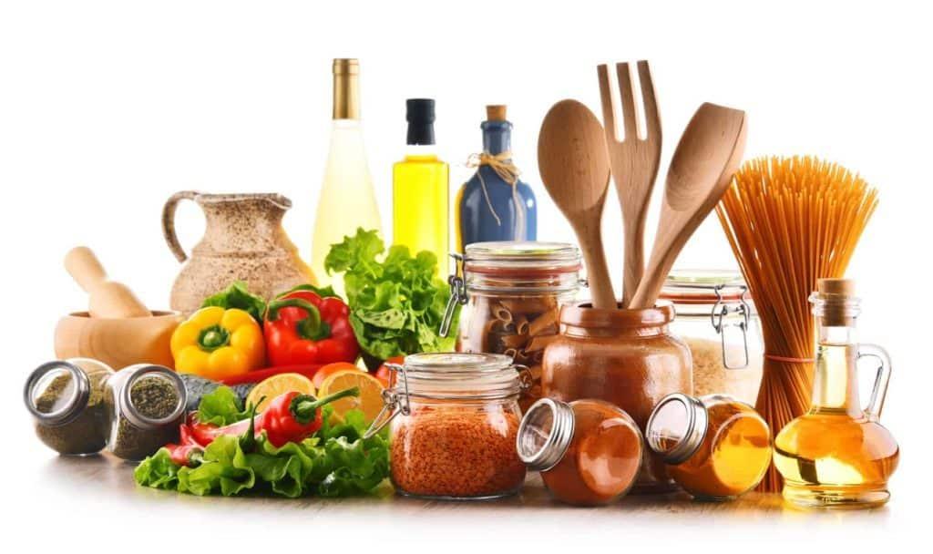 Küchenuntensilien aus Holz und Glas mit frischem Gemüse (Plastik reduzieren)