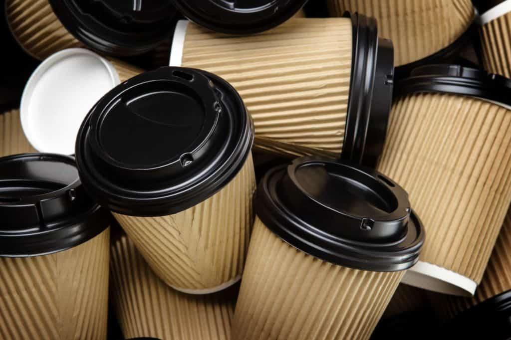 viele Plastik-Kaffeebecher (Plastik reduzieren)