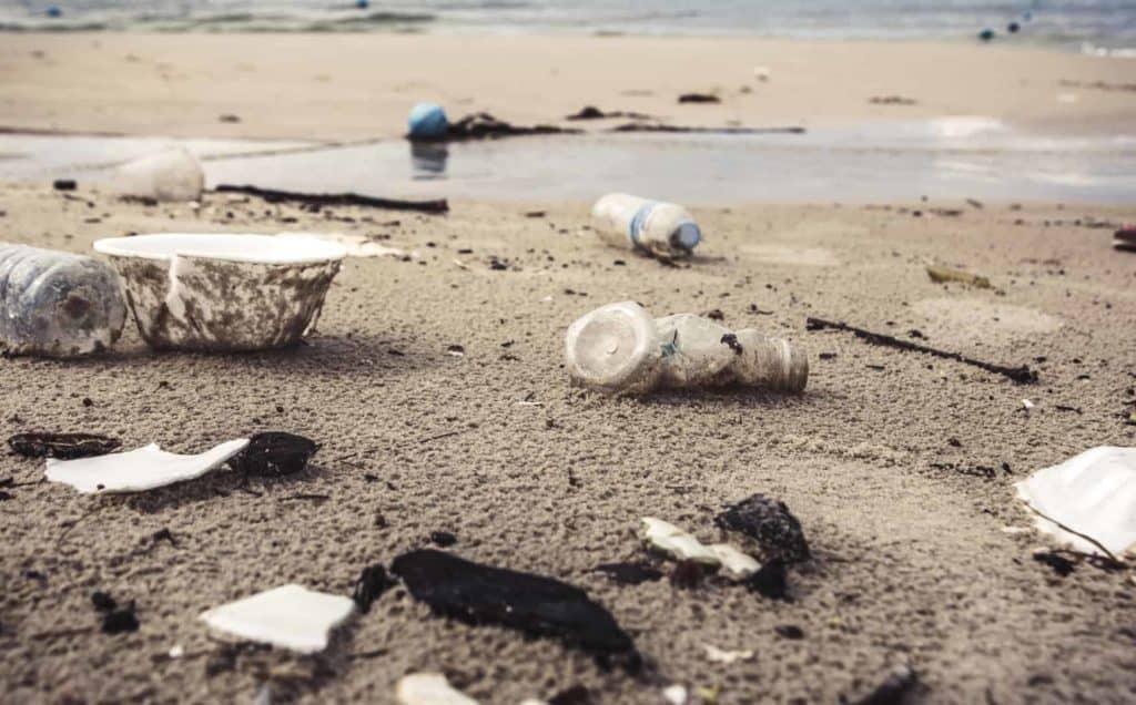 Müll liegt an einem Strand. (Plastik reduzieren)