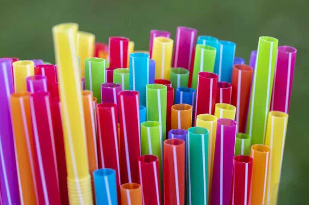 bunte Trinkhalme aus Plastik (Plastik reduzieren)