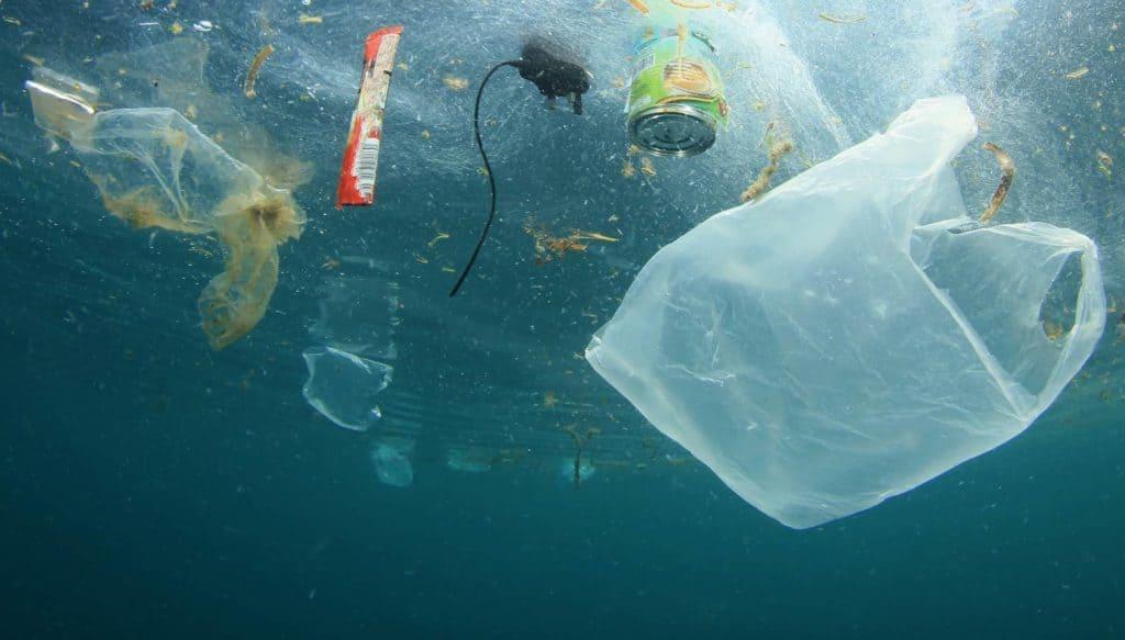 Plastiktüten, Dosen und Kabel schwimmen im Meerwasser (Plastik reduzieren)