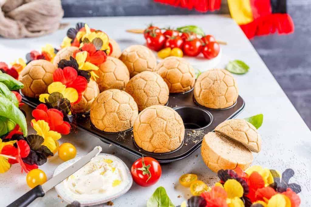 Brötchen mit Fußballmuster und Tomaten und Fandeko (So gelingt die WM-Party im Garten)