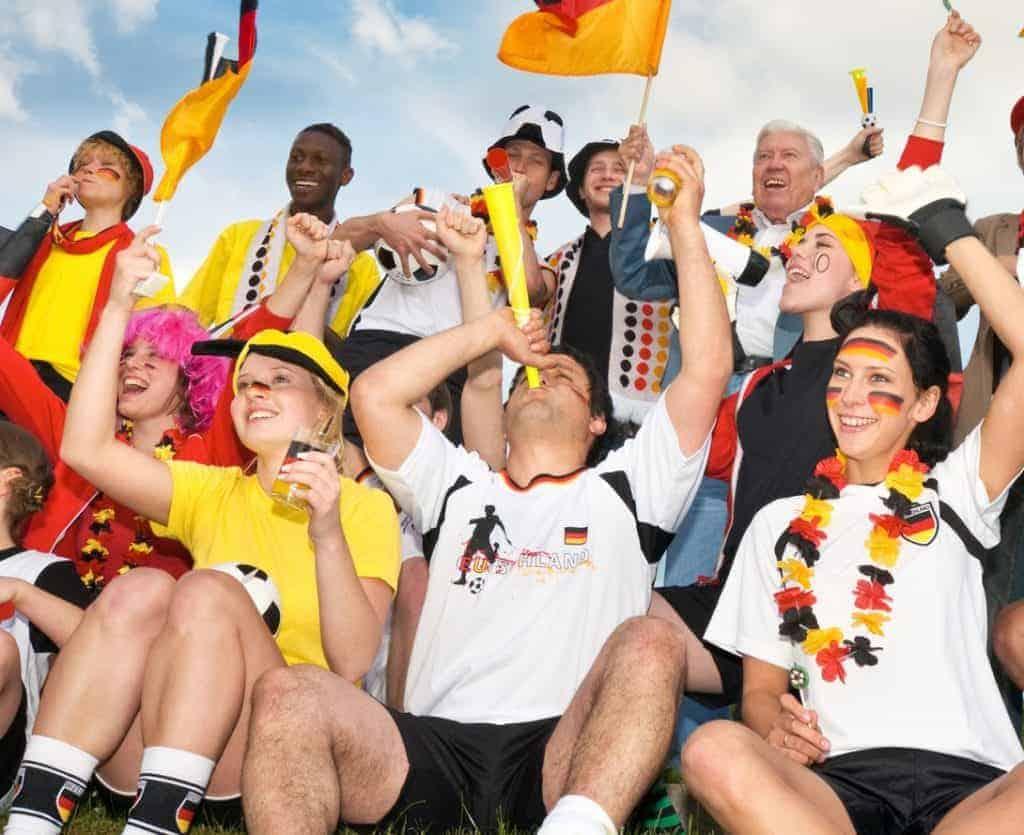 Jubelnde Fußballfans (So gelingt die WM-Party im Garten)