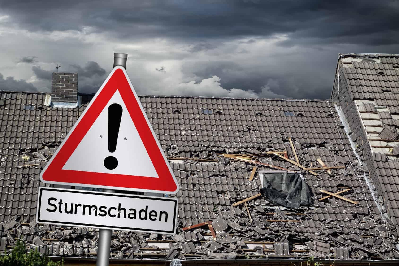 Ein Hausdacht weißt massive Schäden nach einem Strum auf. Eine Dachsanierung ist notwendig.
