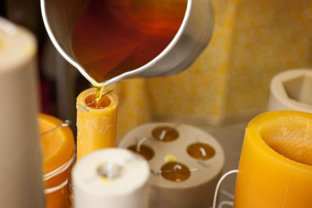 Kerzen selber machen: Kerzenformen werden mit flüssigem Wachs gefüllt.
