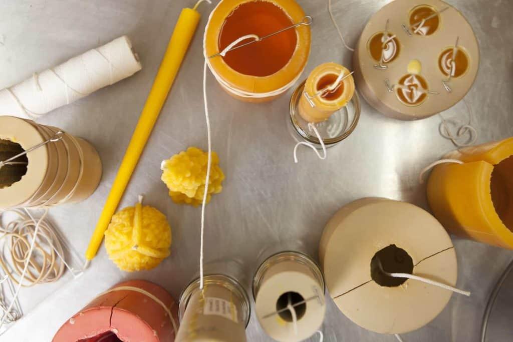 Kerzen selber machen: Verschiedene Gießformen und Baumwollfäden