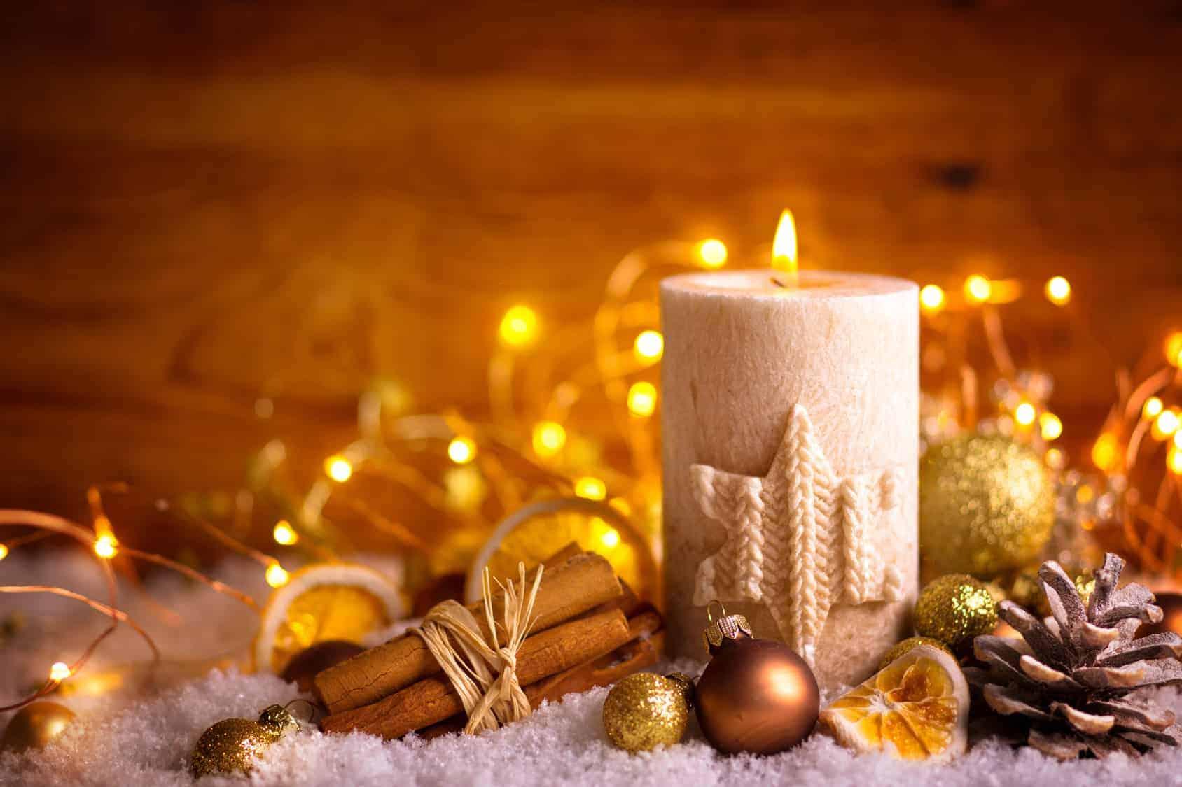 Adventskerze mit Zimt, Orangenscheiben und Kiefernzapfen (Kerzen selber machen)