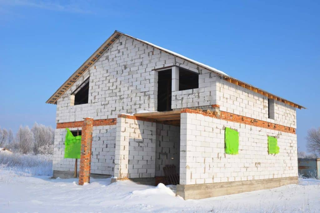 Bauen im Winter: Rohbau im Schnee.