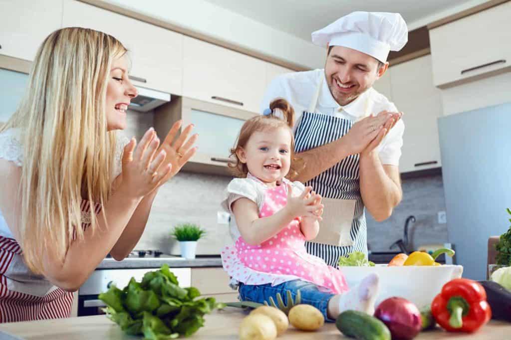 Eine Familie verbringt während des Urlaubs zuhause gemeinsame Zeit in der Küche.