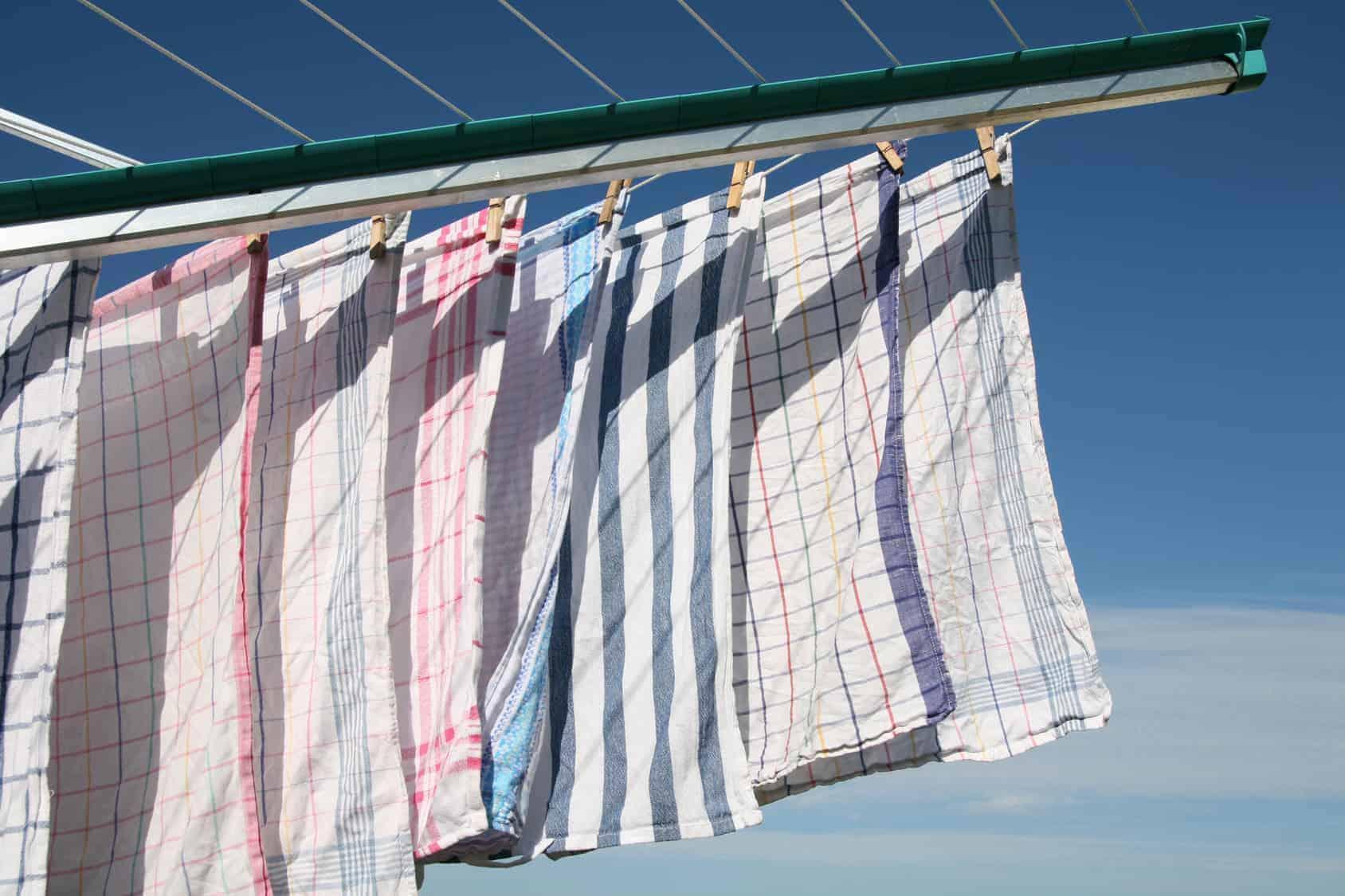 Geschirrtücher hängen an der Wäscheleine (Energiespartipps)