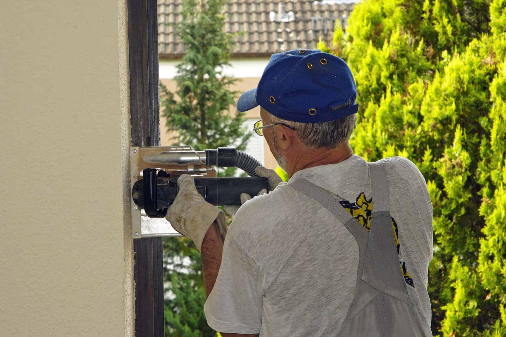 Fenstertausch: Handwerker entfernt die alten Fenster.