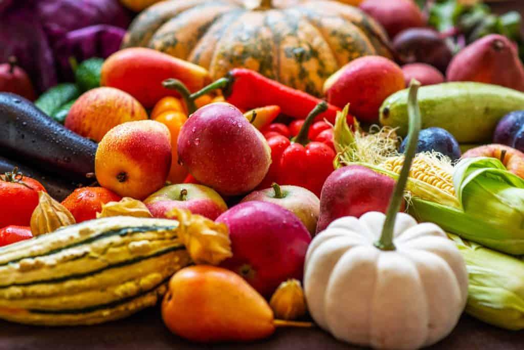Eine Auswahl von frischem Obst und Gemüse. (Fit durch die Herbstzeit)