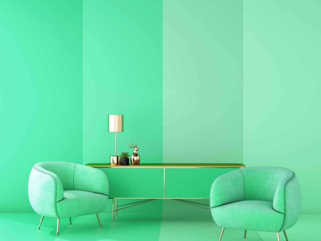 Ein dunkelgrünes Sofa vor einer