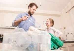 Vater und Tochter trennen den Hausmüll (nachhaltig einkaufen)
