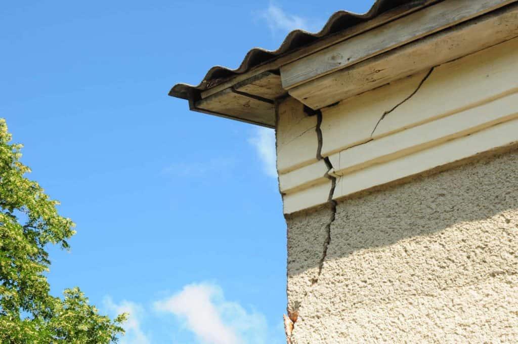 Ein großer Riss an der Hausfassade. (Altbausanierung)