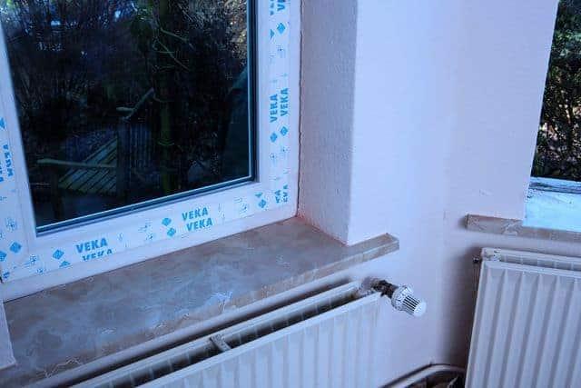 Altbausanierung: ein neues Fenster wurde eingebaut.