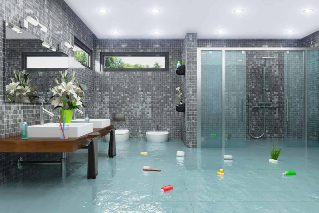 (Bad modernisieren) Überschwemmtes Badezimmer mit ebenerdiges Dusche.