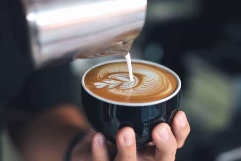 Selbstmanagement im Homeoffice: eine Tasse Kaffee, verziert mit einem Muster aus Milchschaum.