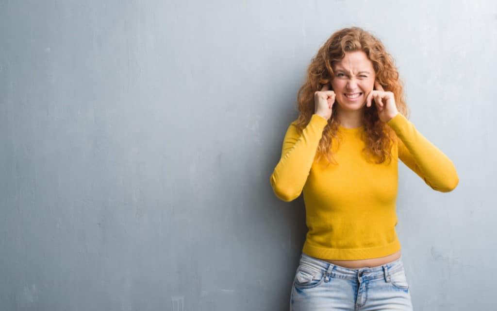 Eine Frau hält sich die Ohren zu. Handelt es sich bei dem Lärm um Ruhestörung? Oder müssen Sie ihn hinnehmen?