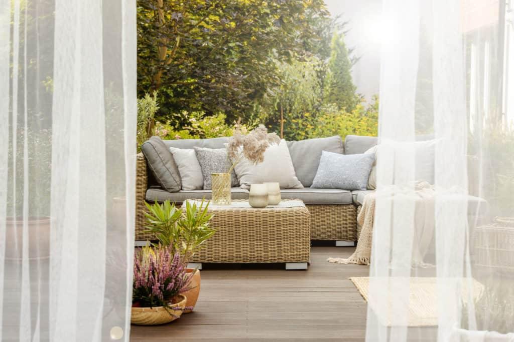 Fensterfront mit einer Hebeschiebetür. Outdoor-Wohnzimmer mit gemütlichen Sitzgelegenheiten.