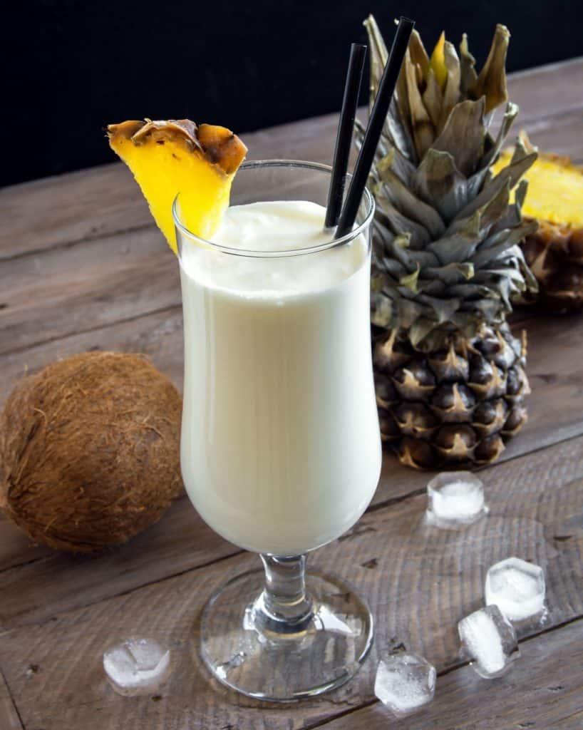 Ein Pina Colada Cocktail verziert mit einer Ananasscheibe (Urlaub daheim)