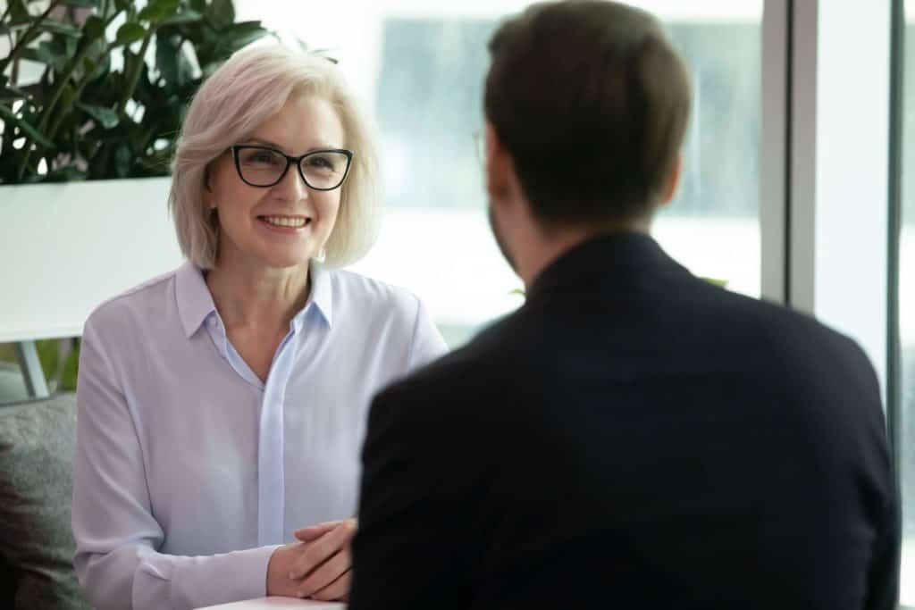 Midlife Crisis Frauen: Frau im Gespräch mit einem Mann.
