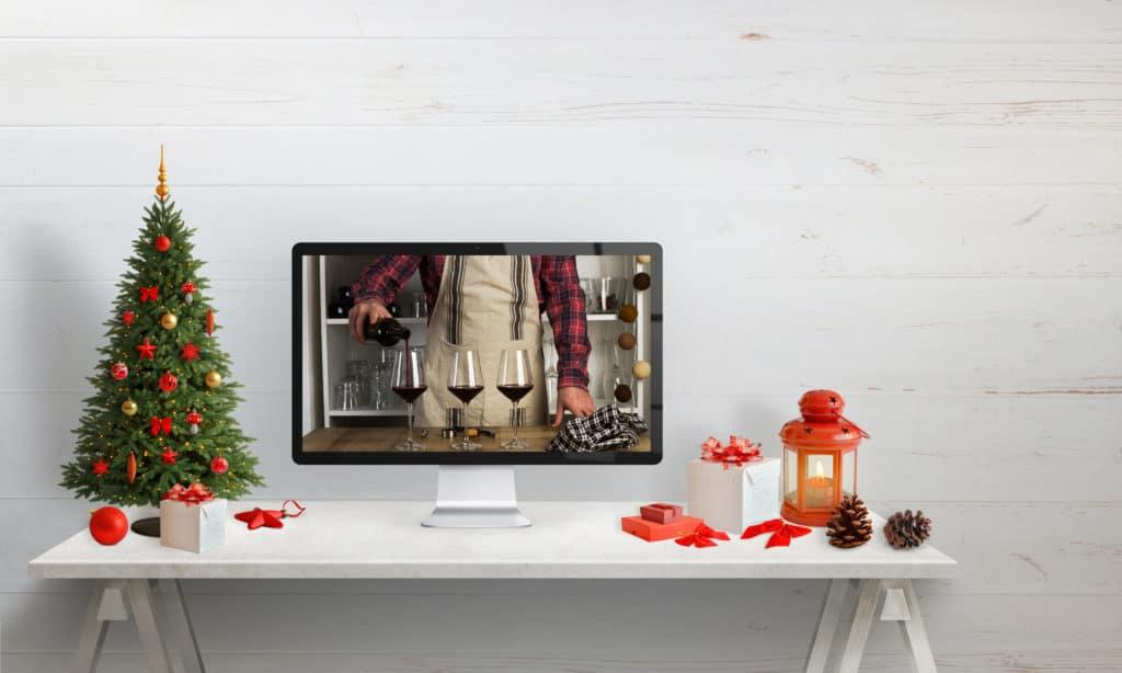 Virtuelle Weihnachtsfeier: eine Weinverkostung wird auf einem Bildschirm gezeigt.