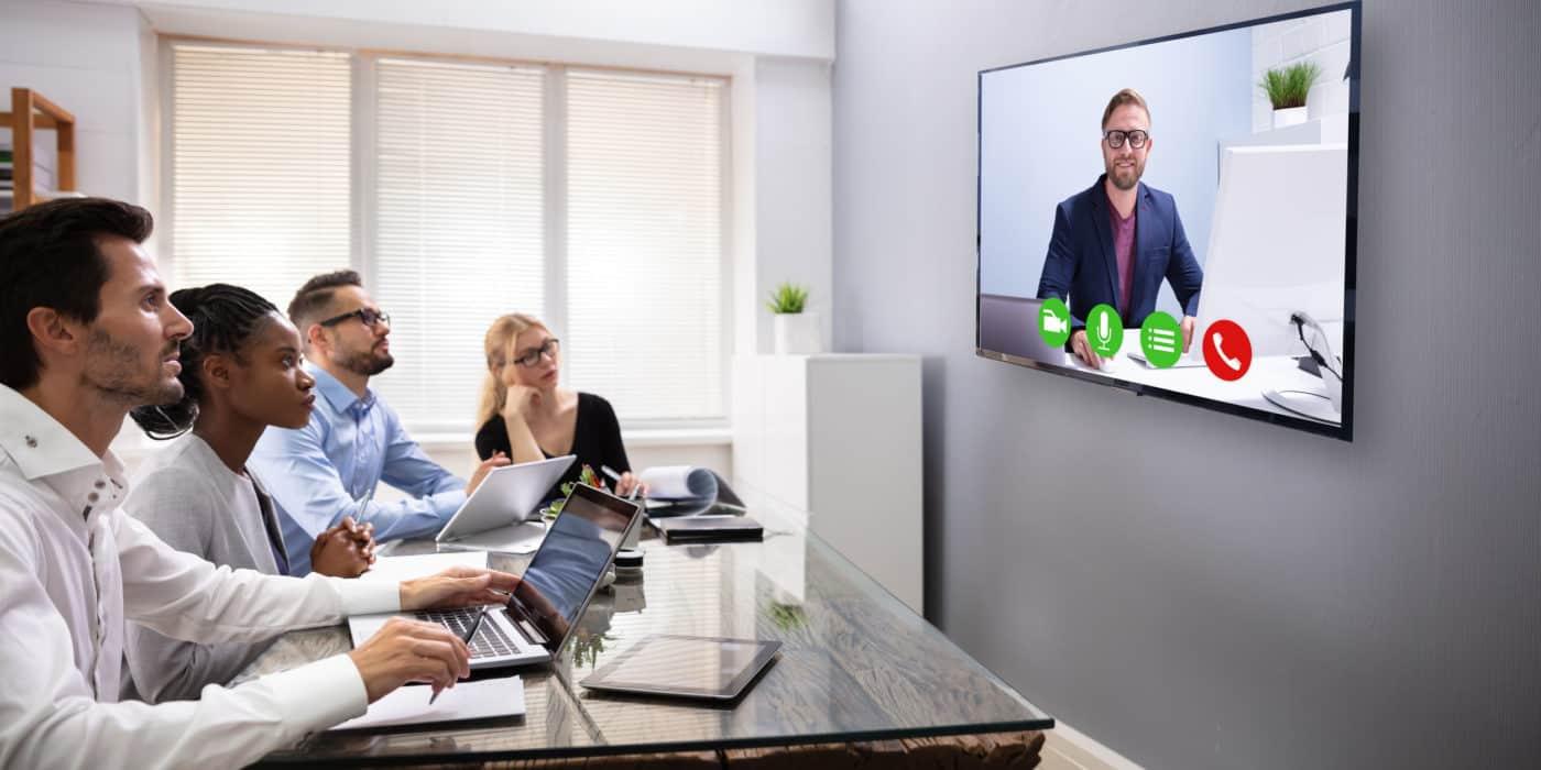 Eine Gruppe von Recruitern führt ein Bewerbungsgespräch als Videokonferenz durch.