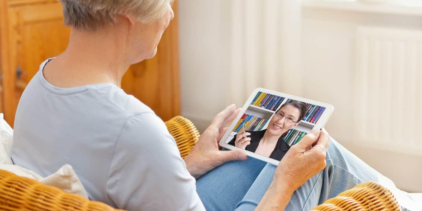 Eine Frau führt eine Videokonferenz mit einem Tablet